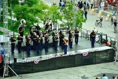 Banda marina que juega a una muchedumbre Imagenes de archivo