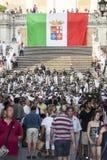 Banda musical y bandera italiana en los pasos del español en Roma, Italia Gente de la muchedumbre Imagenes de archivo