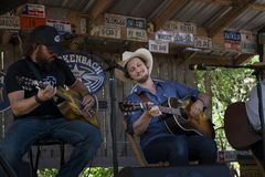 Banda que juega música country en Luckenbach, Tejas Fotos de archivo libres de regalías