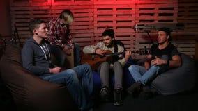 Banda que realiza la música desenchufada en club metrajes