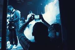 Banda que se realiza en una etapa - presentación de la música de los conciertos del ` s del grupo de rock Foto de archivo libre de regalías