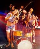 Banda que toca el instrumento musical. Imagen de archivo libre de regalías