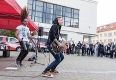 Banda rock che esegue sulla via immagini stock libere da diritti