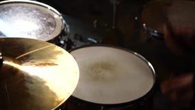 Banda rock che esegue in un night-club Primo piano del batterista Banda rock stock footage