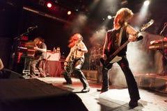 Banda rock che va selvaggia ad un concerto in tensione Immagine Stock Libera da Diritti