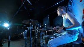 Banda rock di concerto che gioca in scena assolo del batterista stock footage
