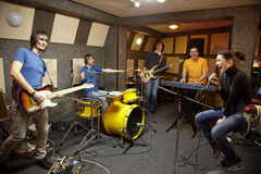 Banda rock in studio. gioia della creazione Fotografie Stock Libere da Diritti