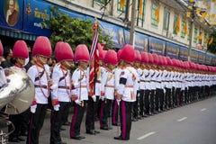 Banda tailandese del membro della guardia che marcia sul re del monaco tailandese, il giorno funereo del patriarca Fotografia Stock Libera da Diritti