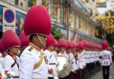 Banda tailandese del membro della guardia che marcia sul re del monaco tailandese, il giorno funereo del patriarca Immagini Stock