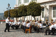 Banda in tensione che gioca gli strumenti musicali nella piazza Immagine Stock Libera da Diritti