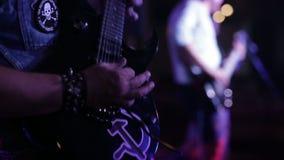Banda in tensione di musica di concerto che perfoming in scena stock footage