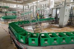 Banda transportadora con los paquetes plásticos vacíos en una cervecería imágenes de archivo libres de regalías