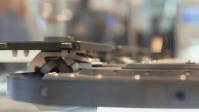 Banda transportadora de alta velocidad de mudanza con los artículos, vista lateral almacen de video