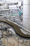 Banda transportadora de una cervecería - botellas de cerveza en la producción y el bott fotografía de archivo libre de regalías