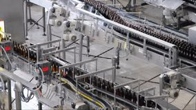 Banda transportadora de una cervecería - botellas de cerveza en la producción y el embotellamiento almacen de metraje de vídeo