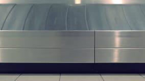 Banda transportadora en el aeropuerto, vista lateral del equipaje del primer almacen de video