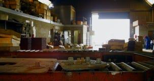 Banda transportadora en el taller 4k de la fundición metrajes