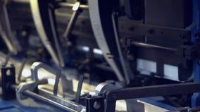 Banda transportadora en una prensa almacen de metraje de vídeo