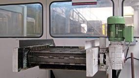 Banda transportadora que clasifica el metal hacia fuera desechado de la máquina almacen de video
