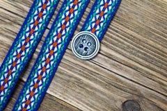 Banda varicolored del vintage con el ornamento bordado y la vieja clase imagenes de archivo