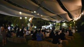 Banda viva que juega a gente de la demostración del concierto de la música en al aire libre del mercado de la noche de la calle e metrajes