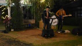 Banda viva que juega a gente de la demostración del concierto de la música en al aire libre del mercado de la noche de la calle e almacen de metraje de vídeo