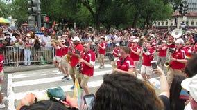 Banda y muchedumbre que anima en el desfile de orgullo capital almacen de metraje de vídeo