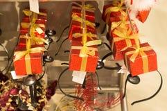Banda y regalo del pelo en estilo de la Navidad Foto de archivo libre de regalías