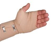Bandage d'as sur la main gauche avec le chemin d'isolement Photographie stock libre de droits