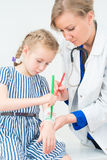 Bandage de dessin de docteur et de petite fille utilisant feutre Photos libres de droits