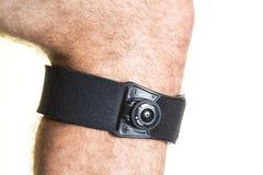 Bandage pour le genou avec le régulateur de pression sur la jambe masculine - isolat Photos libres de droits