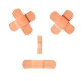 Bandages adhésifs effectuant un visage triste de froncement des sourcils Photo stock