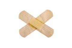 Bandages adhésifs médicaux d'isolement sur le fond blanc Images stock