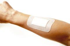 Bandages adhésifs sur la main de blessure sur le fond blanc Image stock