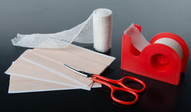 Bandages et plâtre de collage médicaux Image libre de droits