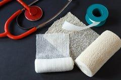 Bandages médicaux avec le ruban adhésif et stéthoscope médical Photo stock