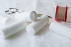 Bandages médicaux avec les ciseaux et le plâtre de collage photo stock