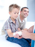 Bandagins de docteur le bras d'un patient images libres de droits