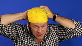Bandana do homem: Homem amigável que põe o bandana amarelo video estoque