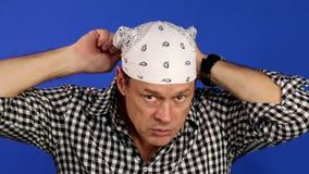 Bandana do homem: Homem amigável que põe o bandana branco video estoque