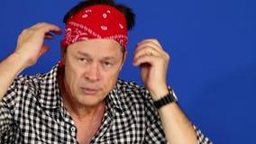 Bandana do homem: Homem amigável que põe o bandana vermelho filme