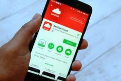 BANDAR SERI BEGAWAN, ΜΠΡΟΥΝΈΙ - 25 ΙΟΥΛΊΟΥ 2018: Ένα αρσενικό smartphone εκμετάλλευσης χεριών με το σύννεφο app Sandisk στο αρρεν στοκ φωτογραφίες με δικαίωμα ελεύθερης χρήσης