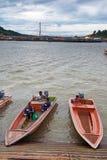 Bandar Seri Begawan, Brunei Darussalam-MARS 31,2017: Fartyg på trappan som leder till invallningen i mitten av huvudstaden Royaltyfri Foto