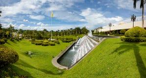 Bandar Seri Begawan, Brunei Darussalam-MARS 31,2017: Kaskad av springbrunnar i slotten av sultan av Brunei Royaltyfri Bild