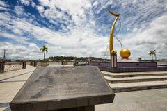Bandar Seri Begawan, Brunei Darussalam-MARS 31,2017: Mercu Dirgahayu 60 monument på bakgrunden av staden Arkivbild