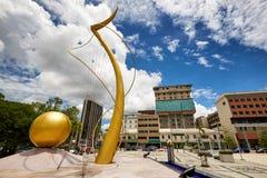 Bandar Seri Begawan, Brunei Darussalam-MARS 31,2017: Mercu Dirgahayu 60 monument på bakgrunden av stadsfjärdedelen Royaltyfri Foto