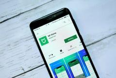 BANDAR SERI BEGAWAN, BRUNEI - 21 DE ENERO DE 2019: Uso del hogar del MI en un Google Play Store androide foto de archivo libre de regalías