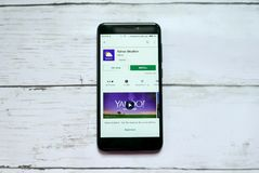 BANDAR SERI BEGAWAN, BRUNEI - 21 JANVIER 2019 : Application de Yahoo Weather sur un Google Play Store androïde images stock