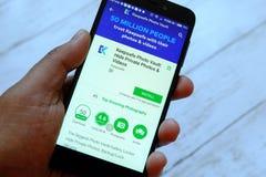 BANDAR SERI BEGAWAN, BRUNEI - 25. JULI 2018: Eine männliche Hand, die Smartphone mit Keepsafe-Foto-Wölbungs-APP auf androiden Goo lizenzfreie stockfotos