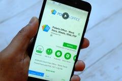 BANDAR SERI BEGAWAN, BRUNEI - 25. JULI 2018: Eine männliche Hand, die Smartphone mit Polarstern-Büro apps auf einem androiden Goo stockbilder